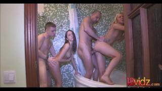Igraszki z dwiema koleżankami w łazience