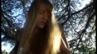 Rżnie pod gołym niebem dwie blondyny